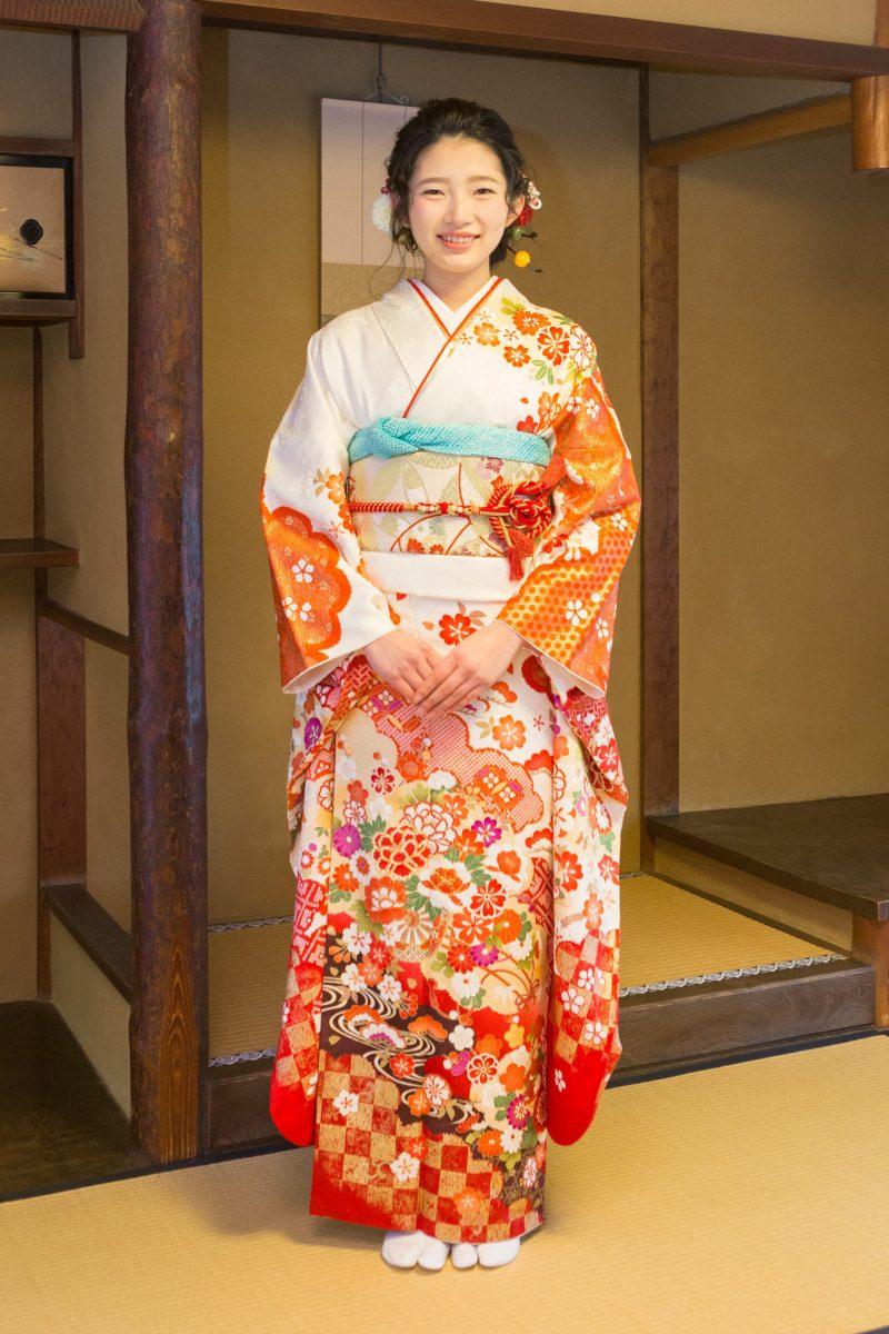白地裾赤ぼかし 金駒入牡丹1