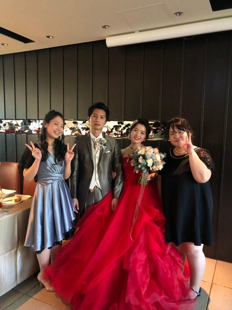新郎新婦と友人 結婚式
