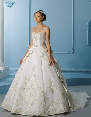 fe2af4f467829 アンティークドレスには欠かせないゴールドの刺繍がふんだんに。
